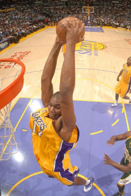 bynum%20goes%20in%20for%20a%20vicious%20slam.jpg